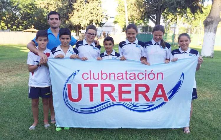 Los benjamines del Club Natación Utrera saltan a la piscina en Cádiz